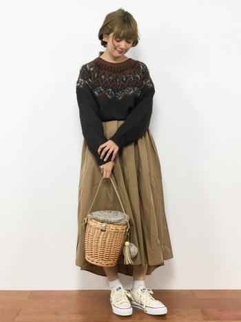 フェアアイルセーターは、ボリュームたっぷりのスカートとも相性ぴったり。ちょっとレトロな雰囲気を演出できます。
