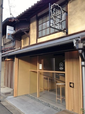 京都の風情を感じませんか?古い町家をリノベーションしたお洒落な店舗でお買い物できます。外国人の方にも喜ばれそうですね♪