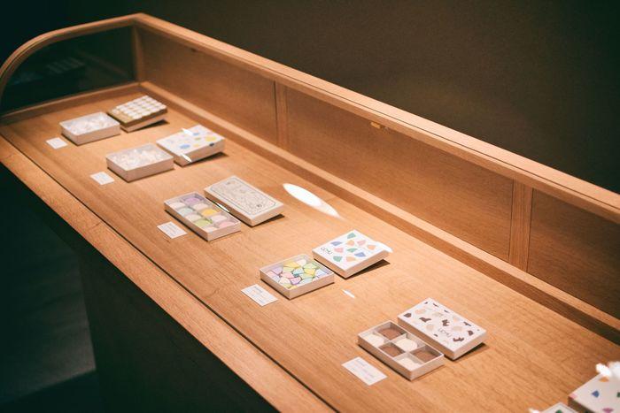 ガラスのショーケースに鎮座した落雁。京都の風景がデザインされた「京都ものがたり」、ジャスミン茶・ほうじ茶・抹茶を一口サイズに閉じ込めた「ochobo」、天然果汁のゼリーを和三盆糖に合わせた新感覚「Mix-fruits」など、美しい落雁の数々。