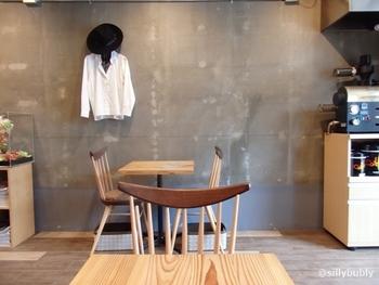 2016年にオープンし、男性一人で切り盛りする「カフェ セルジュ」。菓子工房「パティスリーセルジュ」を営まれていたので、ケーキは自家製、珈琲は自家焙煎というコダワリ、美味しいわけですね。 コンクリートの壁に木のインテリアの落ち着く空間です。