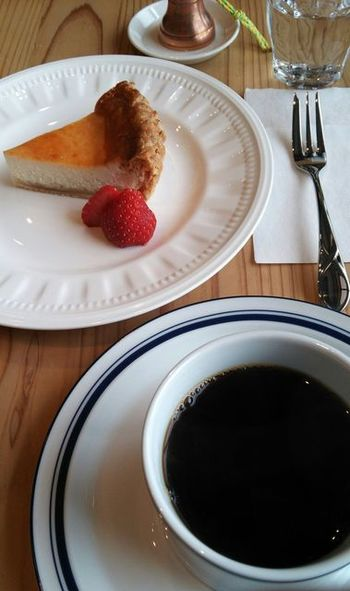 こちらは、ブレンドコーヒーとチーズタルト。濃厚なタルトに、香りが良くキリッとした飲み口のコーヒーがピッタリです。モンブランやフルーツを使ったケーキなど、どれも美味しいのです。