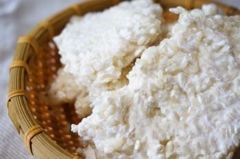 日本の食卓に欠かせない、しょうゆ、味噌、みりん、日本酒などは全て「麹」で作られています。