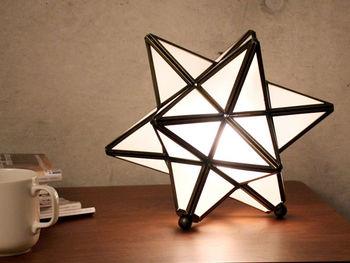 フランス語で星を意味するエトワールという名のランプです。真鍮の枠にガラスをはめ込んで作られた人気のモロッカンテイストデザインで、置いてあるだけでもとっても可愛いですよね!