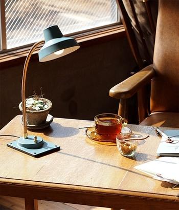 彩度を抑えたグレイッシュなカラーに、ゴールドの細いアームを組み合わせたデスクランプ。シンプルかつ機能的なデザインはミッドセンチュリーのイメージです。無垢材のテーブルやイームスチェアなどとは抜群の相性ですよ!