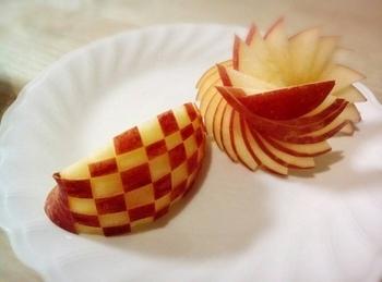 りんごは赤い皮の部分を上手に使って、飾り切りを行いましょう。市松模様はとてもお洒落なので、根気よくカットしていきましょう。作り方自体はとても簡単ですので、ぜひチャレンジしてみてくださいね。
