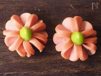 お箸を使ってウィンナーを固定して、カットしていくウィンナーのお花です。枝豆の代わりにコーンやトマトなどを中央にいれても可愛くできます。