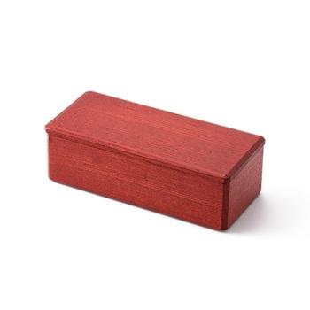 江戸中期から200年以上に渡り、越前漆器の伝統技術を継承する「漆琳堂」。職人の手によって丁寧に作られる長手角のお弁当箱は、シンプルかつ端正なフォルムが特徴です。バッグに仕舞いやすいすっきりしたデザインなので、日常使いのお弁当箱にぜひおすすめです。