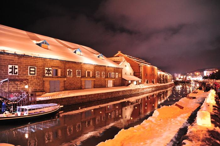 大正時代の面影が残るロマンティックな街、小樽。写真は、毎年2月に行われるイベント「雪あかりの路」。運河に浮き球キャンドルが瞬き、数多くの温かな灯が白い雪に映え、情趣あふれる光景に心和みます。