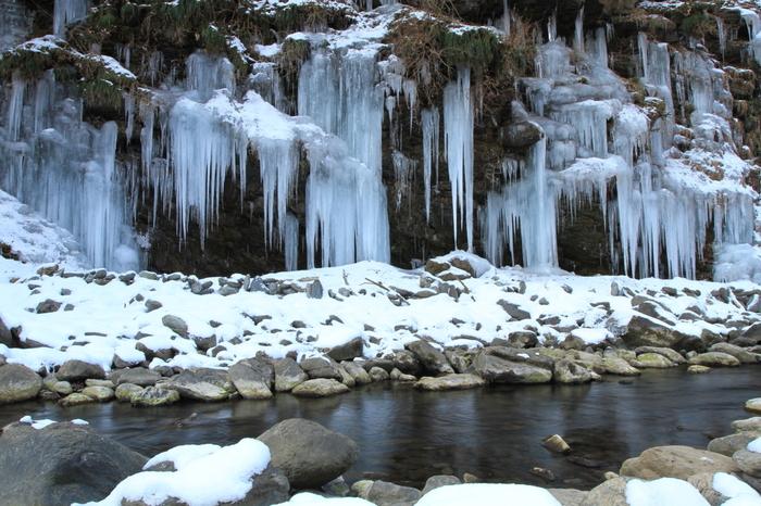 三十槌の氷柱(みそつちのつらら)は、埼玉県秩父にある荒川河川敷の冬ならではの氷の芸術。夜間はライトアップもされ、さまざまな色彩に変化する幻想風景を楽しめます。