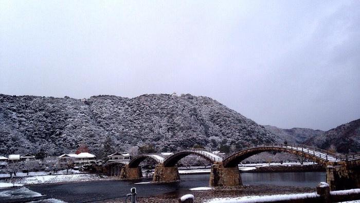 日本三大名橋のひとつ、錦帯橋(きんたいばし)。5つのアーチ橋を連ねた木橋です。雪化粧した自然とのコラボレーションが絵になりますね。ほかの季節とは違った表情が楽しめそうです。