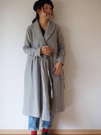 高めのウエスト切り替えと、細かいギャザーがロマンティックなローブコート。デニムでカジュアルダウンさせるのが、今っぽい着こなし方です。