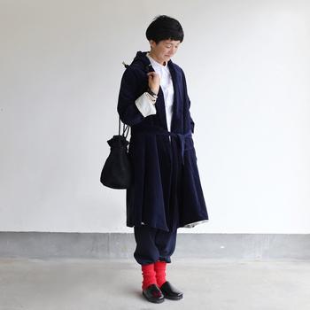 表面の光沢がクラッシーな一着は、あえてラフにスタイリングするのが小粋な着方。ホワイトのシャツとレッドのソックスで、冬のトリコロールカラーを堪能して。