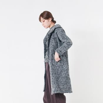 濃いものから薄いものまで、いろんなグレーが入ったニットのローブコート。ブラックやホワイトとはもちろん、ブラウン系とも相性バツグンです。