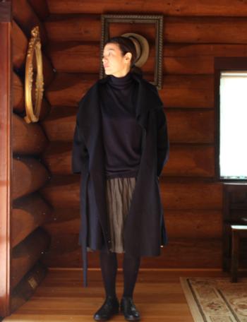 動きに合わせてしなやかに揺れるローブコートは、ブラックでも重たいイメージになりません。大きめの衿は着こなしをエレガントにするだけでなく、顔も小さく見せてくれるのが嬉しいところ!