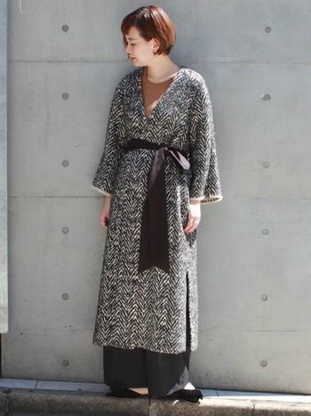 グレーやホワイト、ブラックなど、さまざまな色が織り交ぜられたローブコート。まとうだけで、人とは違う上級スタイルが完成します。