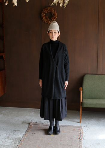 ローブ本来が持つ風格で、オールブラックの装いも地味な印象になりません。鋭角のVラインが、着こなし全体をシャープに引き締めます。