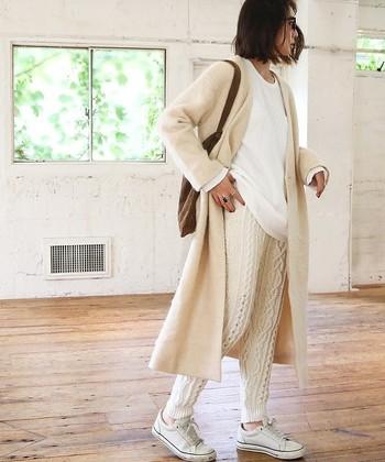 この季節の代表的な編み模様と言えば、ケーブル編み。ホワイトのワントーンコーディネートにも、グッと立体感が出てきます。