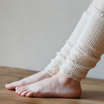 ポコポコとした鹿の子編みが可愛らしいレッグウォーマー。「第二の心臓」とも呼ばれるふくらはぎを、そっと優しく包みこんで。ウールとコットン素材を使用しており、柔らかな質感はヤミツキになる心地よさ。