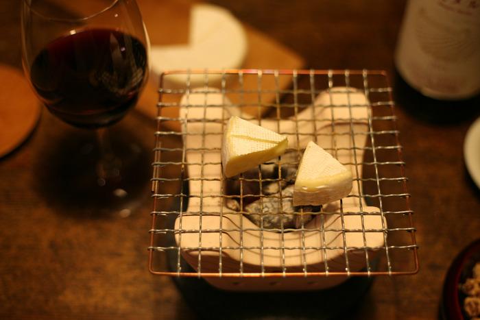 乾き物や燻製などをあぶるのはもちろんのこと、チーズなど洋風のおつまみを調理するのもおつですね。七輪を使うためにメニューを考えたくなりそうです。