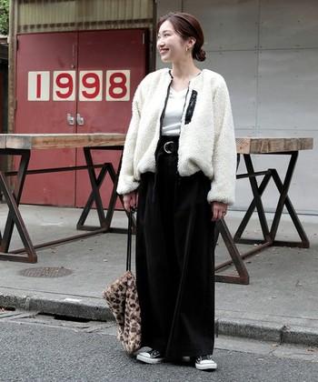 白のボアジャケットは、女性らしい可愛さが引き立つコーデに仕上がります。トレンドのベロアやコーデュロイパンツとの相性も良いので、寒さをしっかりとカバーできるコーデが楽しめます。