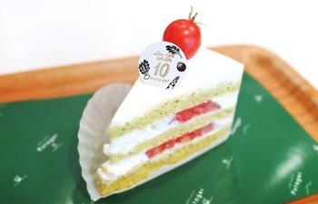 一番人気とも言われているのが「グリーンショート・トマト」。スポンジに小松菜、クリームにはスライストマトという野菜とスイーツを半分ずつ味わえるような楽しいケーキです。トッピングのプチトマトがインパクト大ですね。