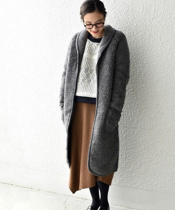 高品質のウール素材のボアは、暖かさも格別!セーター×スカートのフェミニンなコーデもボアコートなら、可愛く冬コーデを演出してくれます。