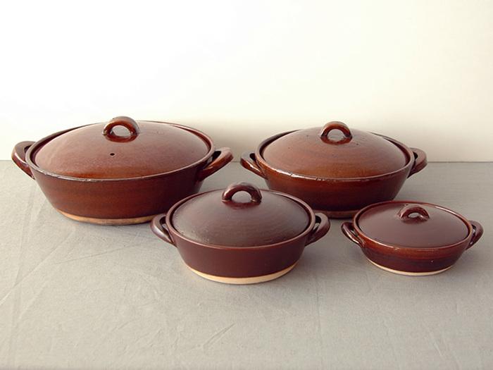 土鍋は大きさがたくさん。人数に合った土鍋が使いやすいですよ。 ▷10号サイズ…5〜6人用 ▷9号サイズ…4〜5人用 ▷8号サイズ…3〜4人用 ▷7号サイズ…2〜3人用 ▷6号サイズ…1〜2人用 ▷5号サイズ以下…1人用またはお子様用で、1人用鍋焼きうどんやラーメンにもおすすめ。