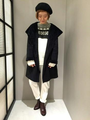 黒のムートンコートは、ホワイトアイテムとの相性がgood!モノトーンの素敵な冬コーデはお手本にしたいですね。