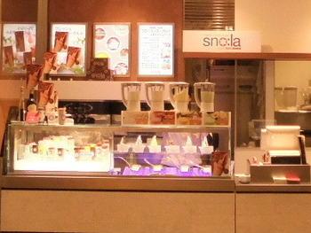 ビバリーヒルズ発の無添加フローズンヨーグルトのお店として話題の「スノーラ」。東京1号店が2010年に銀座三越にオープン。駅直結のB2Fにあるので、立ち寄りやすいのも魅力です。