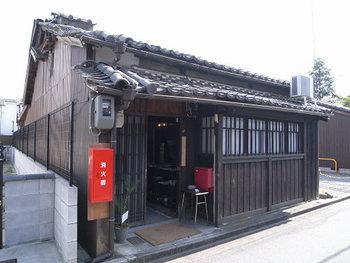 近鉄奈良駅から徒歩15分のところにある、ふらりと立ち寄って入ってみたくなる、風情ある佇まいが魅力のブックカフェです。和風の趣ですが、メニューではカレーが人気なのだそう♪