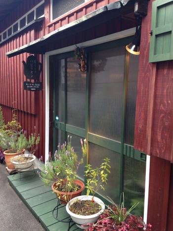 奈良の路地裏を歩いていくとたどり着く、近鉄奈良駅・JR奈良駅の中間地点、徒歩約6~7分のところにあるお店。カラーリングが可愛らしくてまるで絵本の中に出てくるおうちのようですね♪お店の名前通り、絵本と自家焙煎のコーヒーが楽しめるカフェです。