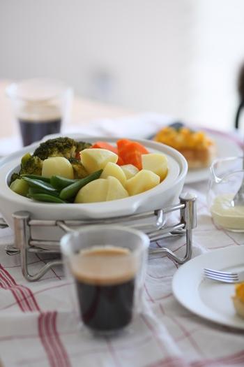 白菜と豚肉の重ね煮・肉じゃが・おでん・シチューやカレーなどの定番料理はもちろん、食材の水分を利用してしっかり蒸してくれるので、塩豚作りや蒸し野菜は芯まで柔らか。プリンや茶碗蒸しもすが入らずきれいに作れます。
