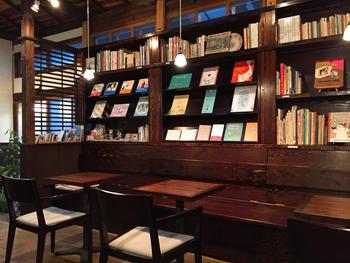 絵本好きな人にはたまらない空間♪個性豊かな絵本たちが壁一面にディスプレイされています。「世界の本棚から」を合言葉に国内外の絵本を集めているので、日本だけでなく、海外のさまざまな絵本に出会えるのも魅力。