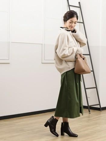 ショート丈のムートンは、スッキリとしているのでタイトめのスカートと合わせると可愛い!ボリュームのあるシルエットは、トレンド感も出るので、センス良い冬コーデに仕上がります。