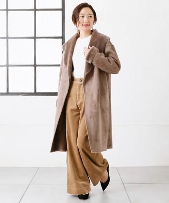 柔らかい雰囲気のブラウンカラーのムートンコートは、フェミニンな雰囲気を醸し出します。足元にパンプスを合わせるだけで、ワイドパンツも上品コーデに♪