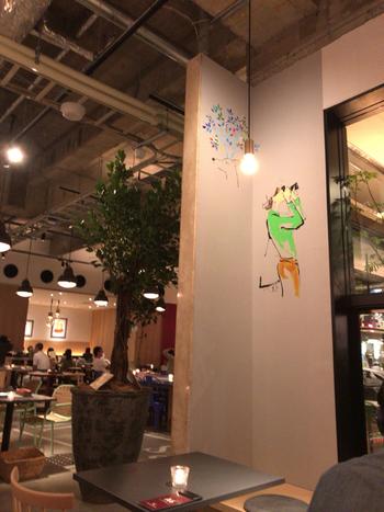 近鉄奈良駅から徒歩約5分ほどの奈良市観光センター(NARANICLE / ナラニクル)内にあるカフェです。こだわりを感じられるインテリアは、ユニークで面白い壁のイラストなども魅力♪