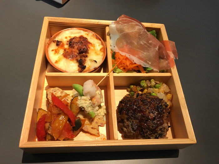 メニューでは、大和野菜を使った料理が特徴。ナポリピザや木箱におかずが入ったランチなどが食べられます。ヘルシーなランチを食べたい時には、豆腐ハンバーグや古代米などにも注目してみてください♪