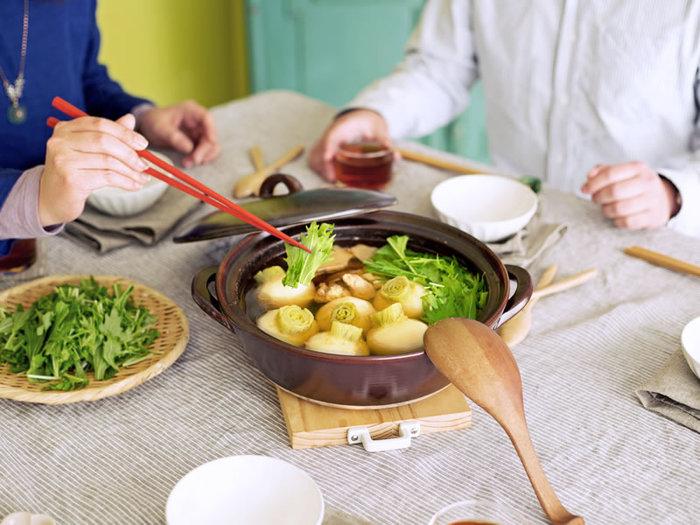 土鍋は食材を切って入れて火にかけるだけと手軽に使え、仕事に子育てに忙しい主婦に使い勝手の良い調理器具です。鍋の素も豊富に出回っているので活用すれば味付けも簡単に。