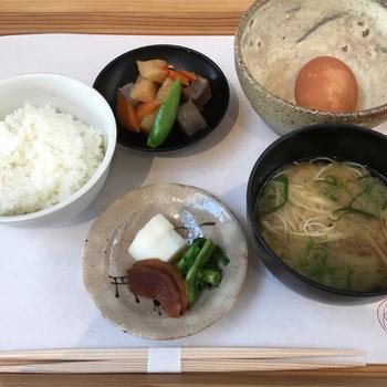 メニューでは、奈良食材を使ったおかずと炊きたての奈良産のご飯がいただけます。薪を使う本物のかまどで炊いているところがポイント!朝ごはんメニューもありますので、朝のお散歩の後にも良いですね。