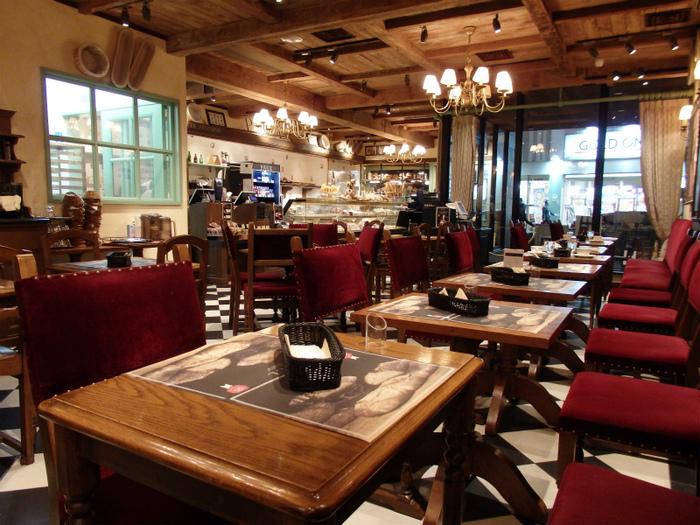 店内にはカフェスペースが併設されています。アンティーク調家具や調度品、市松模様の床など、伝統的なフランスのパン屋の内装を再現されているとのこと。木目のあたたかい雰囲気が心地良いですね。
