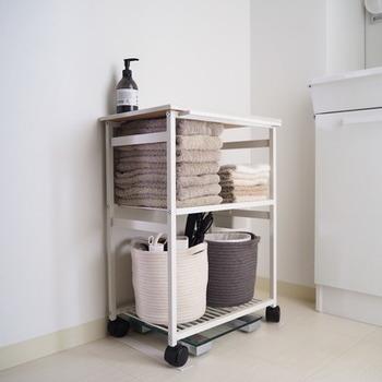 清潔を保ちたいスペースは、掃除のしやすさや通気性の良さもポイント。 動かしやすいキッチンワゴンは掃除もしやすく、すぐに使うタオルも取り出しやすいです。
