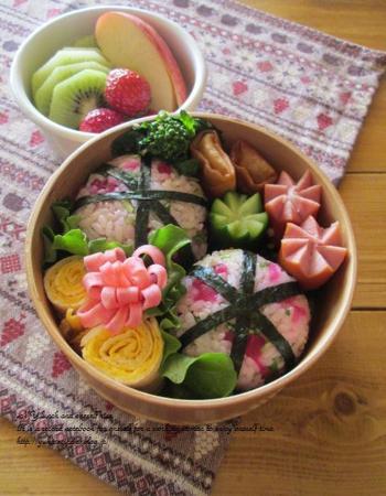 ぱっとお弁当の中が華やぐ華切りハムは、すこしやわらかめのハムで作るときれいに花びらができます。刃先の薄いキッチンバサミを使うと細かく均一にカットできますね。