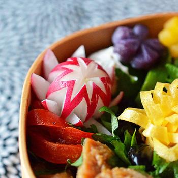野菜の飾り切りといえば、ラディッシュがもっとも便利!中が真っ白なので、美しい紅白を演出することができるんです。切り方によって、さまざまな表情が出せますね。