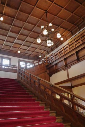 内装の作りもとっても豪華!細部のインテリアにも注目してみてくださいね。客室は本館と新館に分かれていて、どちらにも趣があり上品な作りのお部屋になっています。より歴史を感じたい時には、1909年に建造された本館がおすすめ。