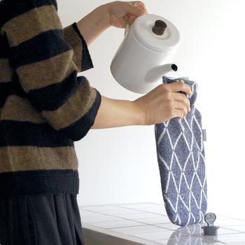 ボトルは軽くて柔らかな質感の塩化ビニール樹脂(PVC)を使用。チクチクせずなめらかな肌触りの100%ウールのカバーは保温性にも優れています。夜、眠る前にお布団に入れて温めておけば、ぬくぬく心地よい中で眠りにつけますね。