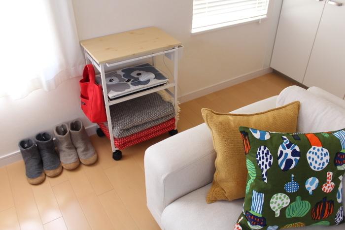 リビングでは、ノートパソコンやひざ掛けを置く場所として。天板のあるタイプだったら、飲み物を置くサイドテーブルとしても使えます。
