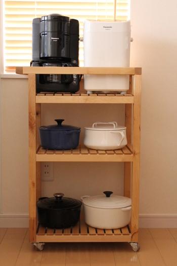形や大きさの違う鍋は重ねにくく、使うたびに片付けるのは大変。結局、いつも出しっぱなし…なんてことも。 そんな時には、キッチンワゴンを収納棚として使ってみては?1段ごとの高さがあるので、大ぶりのお鍋も余裕を持って置くことができるので、出し入れもしやすいんです◎