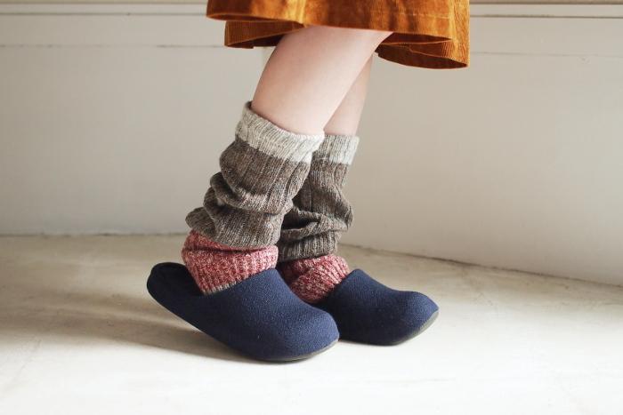 ベテランの靴下職人さんがローゲージの古い靴下編機を使い作り上げた「salvia(サルビア)」のぬくぬくウォーマー。カシミアが混ざったウール糸と風合いのいいアクリル糸をミックスしてるので丈夫で柔らか。落ち着いた色合いなので、いつものコーデにも取り入れやすいですね。
