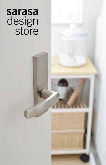 清潔感のある白いスチールと木目で統一されたおしゃれなデザインは、来客時にドアから見えてしまっても安心です。