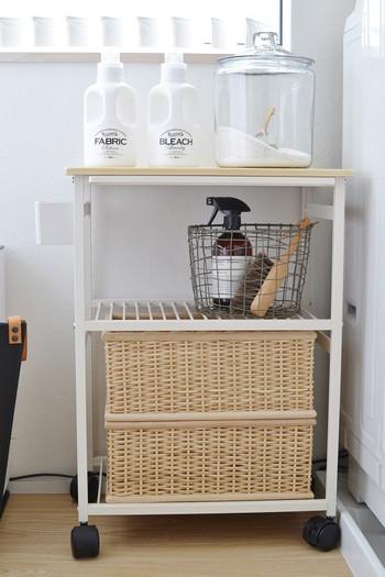洗濯機の横にワゴンを置いて、洗剤や掃除用具をまとめれば、導線がスムーズに。 木目の天板と白いスチールのシンプルな「sarasa design store」のキッチンワゴンは、洗剤を入れたガラスポット、ワイヤーバスケットや籐かごとの相性も抜群です。
